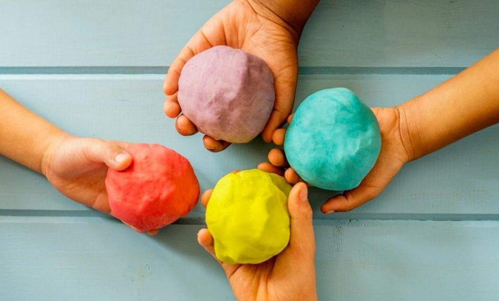 Руки с цветной глиной